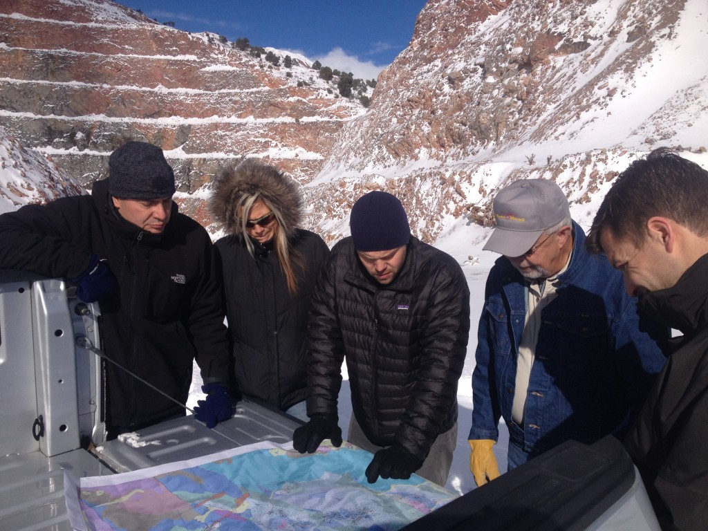 Back of the cab geology tool box meeting with McEwen Mining while visiting the Gold Pick pit. From left to right: Xavier Ochoa, president and CEO, Christina McCarthy, director of Corporate Development, analyst Mike Hocking, Bruce Burke, director of operations and logistics, and Simon Quick, vice president of projects. Credit: Lesley Stokes.