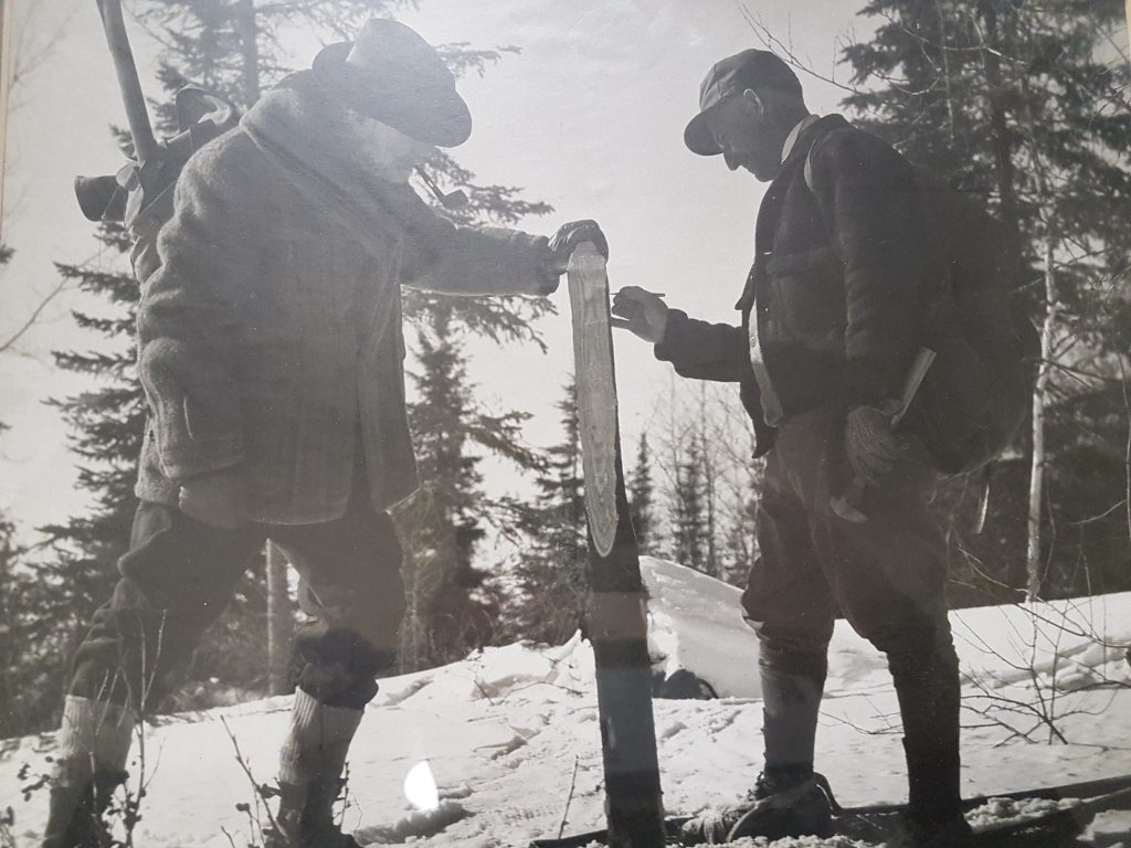 Sandy McIntyre (left) and Hnas Buttner staking teh McIntyre mine claim in Ontario in 1909. Credit: MacLachlan Family Collection.