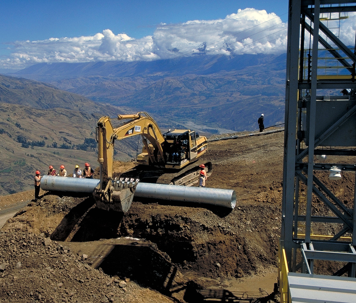 Laying pipe at Barrick Gold's Pierina gold mine in Peru in in 1997. Credit: Barrick Gold.