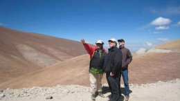 Atacama Pacific Gold chairman Albrecht Schneider (left) and analysts view the Cerro Maricunga oxide gold deposit, 140 km northeast of Copiap, Chile. Photo by Atacama Pacific Gold
