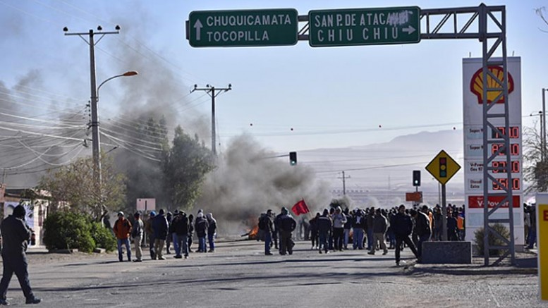 Striking Codelco workers protest contract workers at the Chuquicamata mine in Chile in 2015. Credit: La Segunda