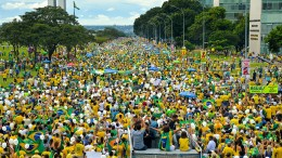 Thousands protest the government of President Rousseff, marching towards the National Congress in Brasilia, Brazil on March 13, 2016. Credit: Agencia Brasil Fotografias.