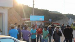 Police, roadblock participants and visitors at the entrance to Torex Gold Resources' ELG gold mine in Guerrero state, Mexico. Credit: Unifor